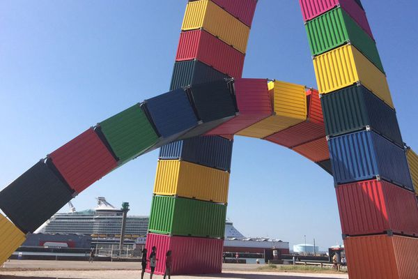La catène de Containers (oeuvre de Vincent Ganivet)