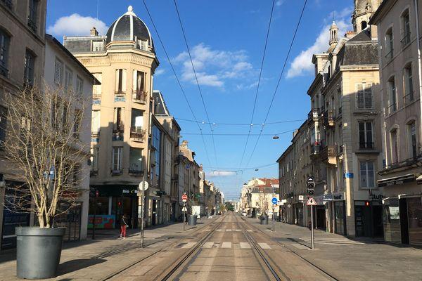Commerces fermés, trams au ralenti... La rue Saint Jean silencieuse et déserte pour ce premier jour de confinement (Mardi 17 mars 2020)