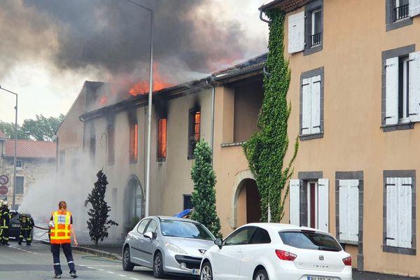 Le bâtiment vieux de 200 ans en flamme samedi 19 juin.