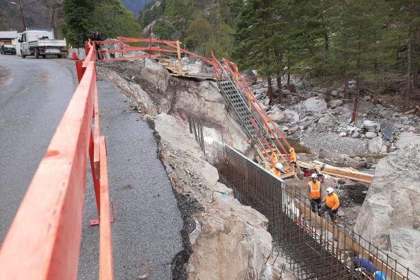 Le 22 avril dernier, des ouvriers travaillent à conforter et réparer la route D91 qui relie Saint-Dalmas-de-Tende à Casterino.