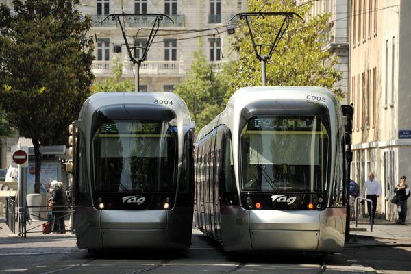 Deux tramways à Grenoble.