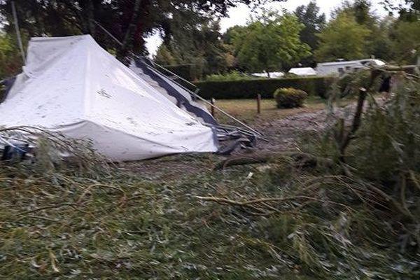 Toile de tente arrachée