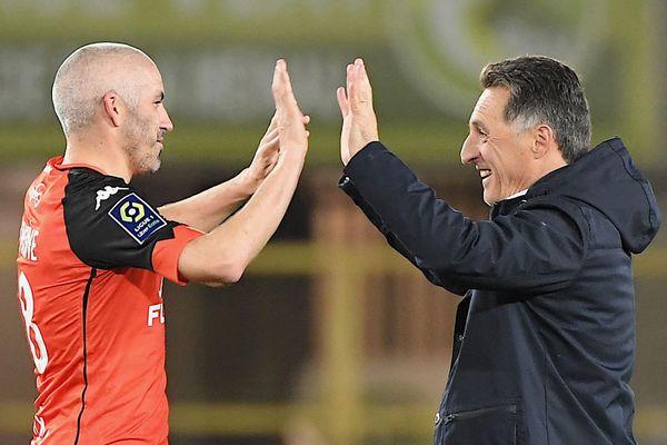 Le soulagement du milieu de terrain lorientais Fabien Lemoine et de l'entraineur des Merlus Christophe Pelissier à l'issue du match nul face à Strasbourg.