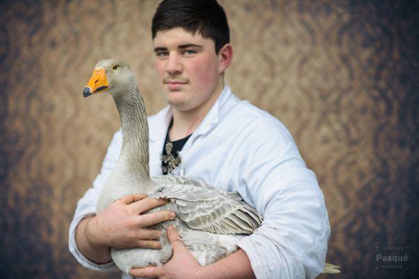 Thomas Beaufils, jeune passionné de 15 ans venant de Seine-et-Marne, pose avec son oie de Steinbach bleu.