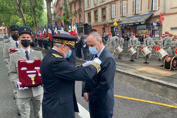 Remise de l'Ordre national du Mérite à des civils mobilisés pendant la pandémie par le préfet d'Occitanie lors des célébrations du 14 juillet à Toulouse.