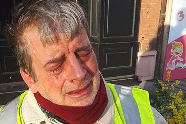 Pascal Bouré, hémiplégique en fauteuil roulant, a été aspergé de gaz lacrymogène en plein visage par un policier.