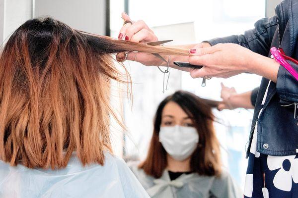 Du personnel s'essaie à la reprise de l'activité avant la réouverture des salons de coiffure. A Riom, le 05/05/2020 (Image d'illustration).
