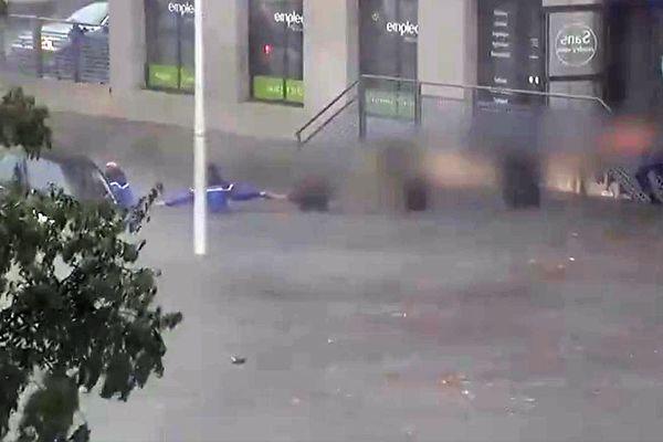 Nîmes : 2 gendarmes et une chaîne humaine sauvent une jeune femme piégée par les inondations - 14 septembre 2021.