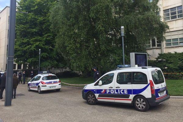 Dispositif de police devant la mairie de Brest suite à la découverte d'un cadavre
