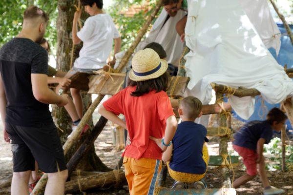 Créer sa cabane, rêvasser et développer son imaginaire, les activités sont variées dans cette colonie.