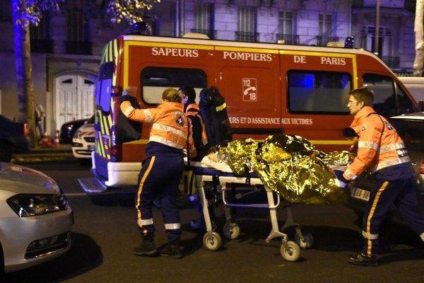 Plus d'une centaine de personnes ont été tuées lors de plusieurs attaques terroristes sans précédent qui ont eu lieu à Paris et dans le secteur du Stade de France vendredi 13 novembre 2015.