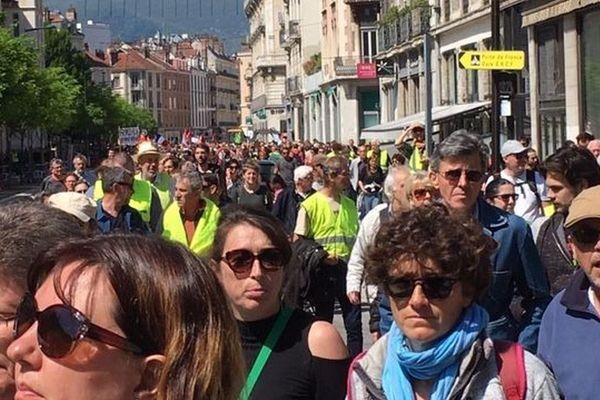 Dans le cortège grenoblois, des syndicats, des Gilets jaunes, des féministes, des défenseurs du climat.