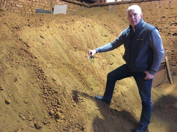 Emmanuel Poix,le directeur des lieux, extrait près de 500 tonnes par an de terre couleur Sienne, du sol ardennais