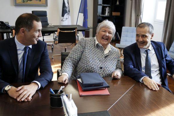 05/01/18 - Jacqueline Gourault, ministre auprès du ministre de l'Intérieur (C) avec le président de l'Assemblée de Corse Jean-Guy Talamoni (D) et le président du Conseil exécutif Gilles Simeoni (G)