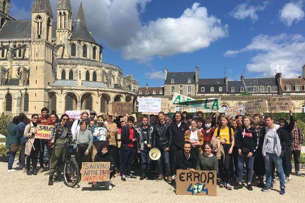 Pancartes à la main, des lycéens et des étudiants normands se sont réunis pour alerter de l'urgence climatique, vendredi 26 avril 2019.