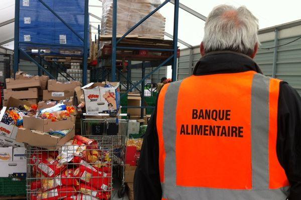 """La Banque Alimentaire du Puy-de-Dôme manque de bénévoles. Le 25/09/2012, elle a organisé une journée portes-ouvertes avec l'espoir de recruter de nouveaux gilets """"orange"""". Chaque année, elle collecte dans ce département 1500 tonnes de denrées alimentaires et doit faire face à une demande de plus en plus importante."""