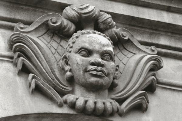 Mascaron visible sur une façade de l'allée Brancas à Nantes