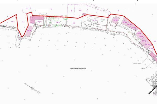 Le trait rouge marque la limite désormais officielle du domaine public maritime sur la plage de la Mala, qui englobe donc les constructions (en rose)