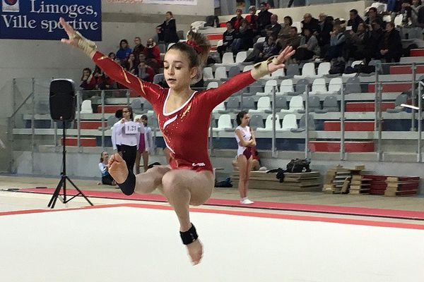 Nina Vinour du club des Cadets et Cadettes de Saint-Michel lors des demi-finales des coupes de gymnastique mixte le 22 janvier 2017 à Limoges