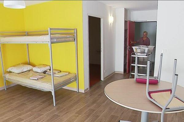 Chaque studio de la structure est prévu pour trois personnes, avec un coin cuisine et une salle de bain.