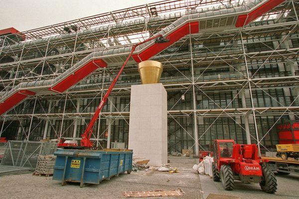 """Paris : le centre """"Beaubourg"""". Vue prise le 17 décembre 1999 à Paris du Centre national d'art et de culture Georges Pompidou qui, après 27 mois et 576 millions de francs de travaux, renaîtra avec l'An 2000 qu'il célèbrera par deux journées """"portes ouvertes"""", les 1er et 2 janvier, totalement rénové et réaménagé."""