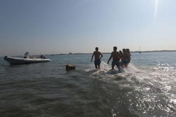 Dans l'eau, sur la plage et sur le bateau, les joueurs respirent l'air marin durant tout l'escape game.