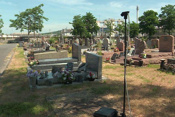 Les pompes à amiante commencent leurs analyses de l'air près de l'usine Lubrizol dans le cimetière de Petit-Quevilly