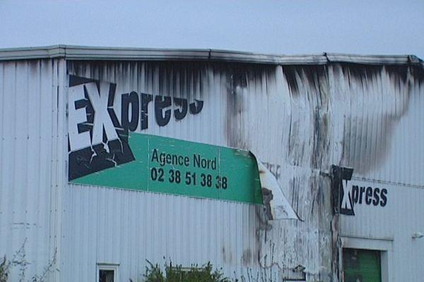 Les 2.000 m2 de l'entrepôt de pneus à Artenay (Loiret) ont pris feu vers 18h00 ce mercredi