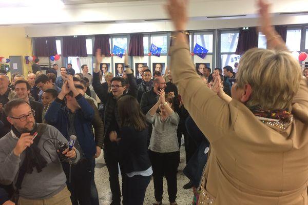 Dans le QG d'Emmanuel Macron, dans le Puy-de-Dôme, les militants exultent de joie à l'annonce des résultats. Emmanuel Macron est élu président de la République avec 65,8% des voix.