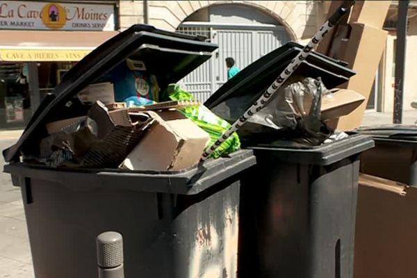 Des poubelles rue Saint-Rémi, dans le centre-ville de Bordeaux.