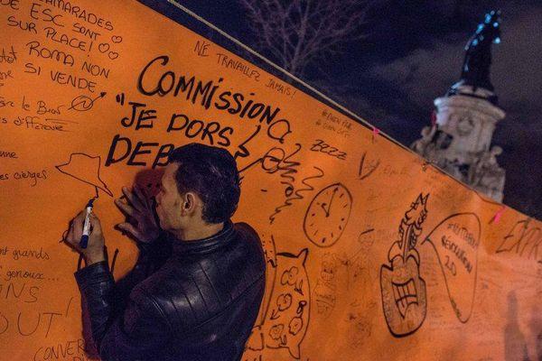 """Un participant à la """"Nuit debout"""", le 6 avril 2016, place de la République, à Paris."""