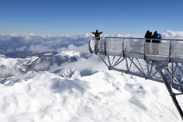 Sensation de liberté au bout de la passerelle du Pic du Midi qui surplombe la chaine pyrénéenne