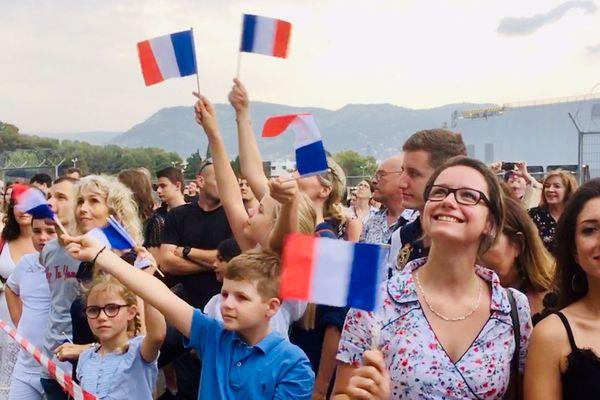 2000 personnes sont à quai pour accueillir l'équipage et admirer le porte-avions Charles-de-Gaulle.