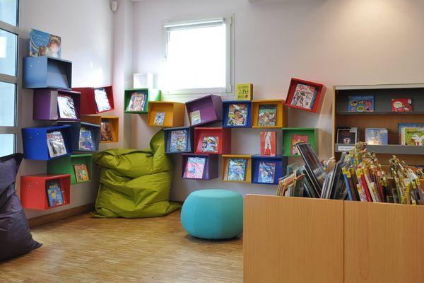 """La section """"Jeunesse"""" de la bibliothèque de Saint-Germain-du-Puy dans le Cher."""
