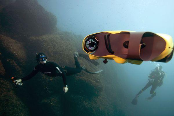 """Guillaume Néry en apnée à côté du drone sous-marin """"iBubble"""", à Nice."""