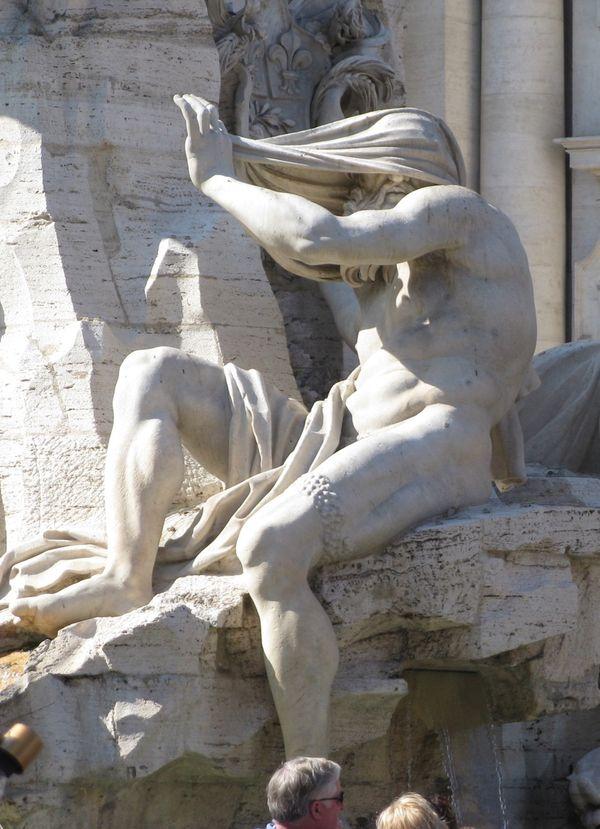 La sculpture allégorie du Fleuve Nil sur la Fontaine des Quatre-Fleuves, place Navone à Rome