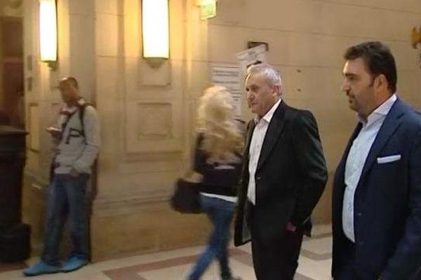 17/09/13 - Jean-Angelo Guazzelli (centre) avec son avocat à son arrivée au palais justice de Paris