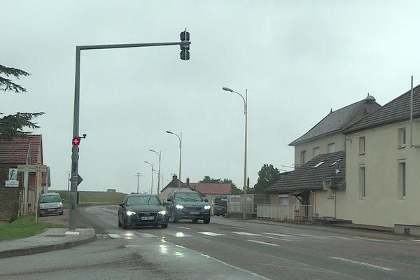 Les feux comportementaux, installés depuis six ans sur la départementale qui traverse Morey-Saint-Denis, sont désormais jugés illégaux par le ministère de l'Intérieur.