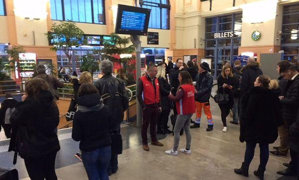 La gare de Valenciennes était bondée, ce matin, alors que très peu de trains y circulaient.