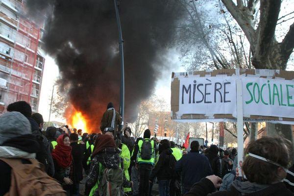 """Des """"gilets jaunes"""" manifestent à Toulouse le 8 décembre 2018"""