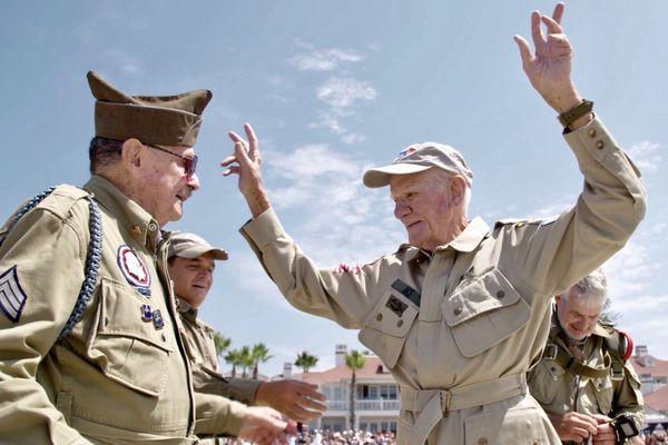 Atterrissage réussi pour le parachutiste sur les plages de Coronado, où des centaines de personnes et de militaires étaient venus l'applaudir.