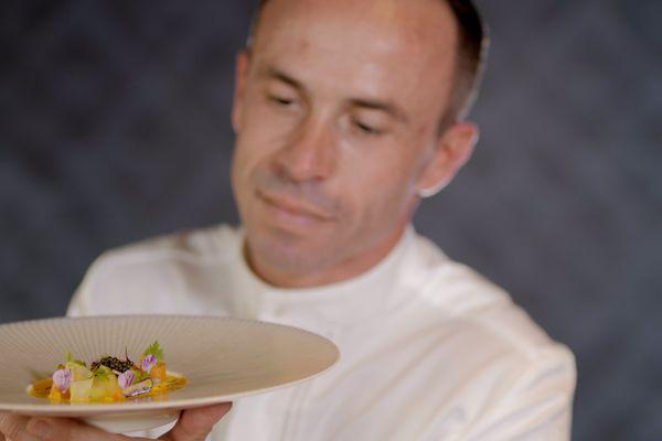 Le chef Christophe Hay et l'un de ses plats. / © France Télévisions