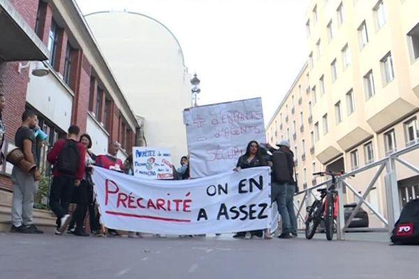 Des animateurs périscolaires en grève dans les écoles de Montrouge (Hauts-de-Seine).