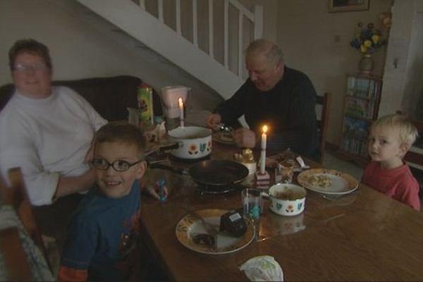 Cette famille d'Estry dans le Calvados était privée d'électricité depuis le lever du jour jusqu'à l'intervention des équipes d'ERDF. Le courant devrait être rétabli dans la soirée du 24 décembre.
