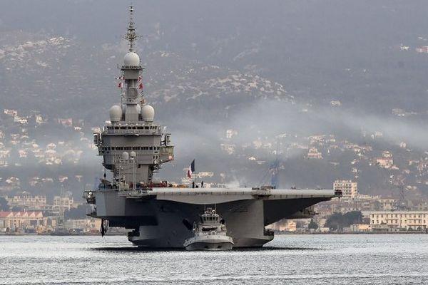 Le porte-avions français Charles de Gaulle à Toulon.