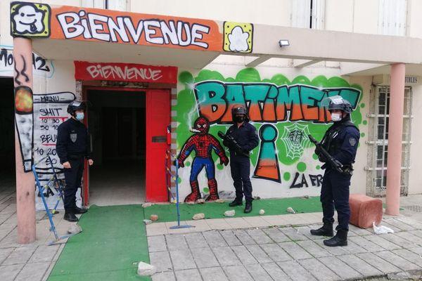 80 policiers, CRS et agents de sécurité publique ont mené cette opération antistupéfiants à La Bricarde