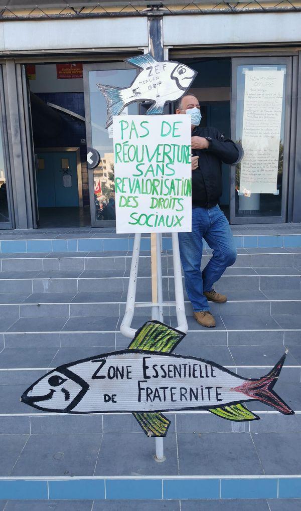 Un manifestant brandit une pancarte devant le théâtre du Merlan à Marseille.