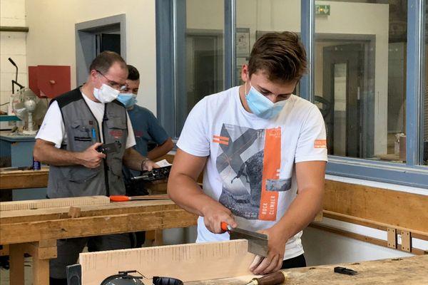 Dans l'atelier de menuiserie-ébénisterie du CFA d'Eschau, les apprentis en 1ère année font connaissance avec l'outillage