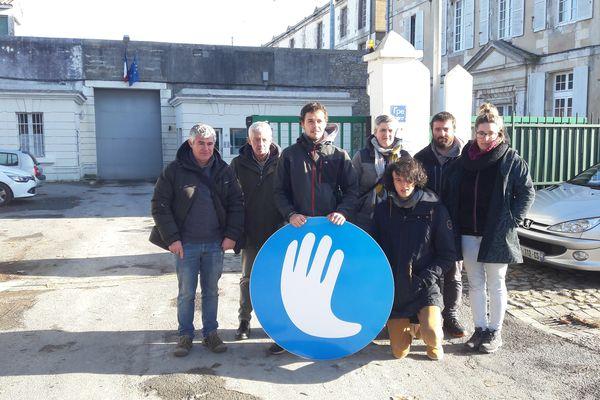 Des membres de l'association de défense des familles de prisonniers basques devant le prison de St-Martin de Ré