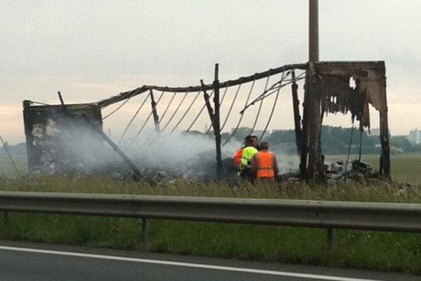 Le camion brûlé sur l'A16.